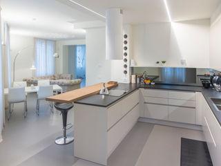 Appartamento colori caldi e luminosi Resin srl Pareti & Pavimenti in stile moderno