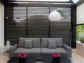 Pérgola de madera COBERTI Balcones y terrazas de estilo moderno Madera Negro