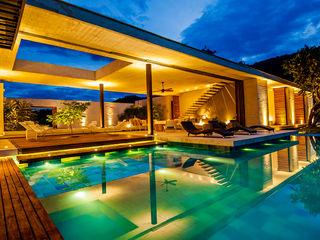 Arquitectura en Estudio モダンスタイルの プール コンクリート 黄色