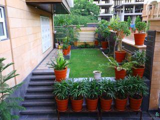 RAVI - NUPUR ARCHITECTS Jardines delanteros Granito Verde