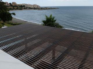 Terraza: Suelos, techo de cristal y cerramiento COBERTI Balcones y terrazas de estilo mediterráneo Madera Negro