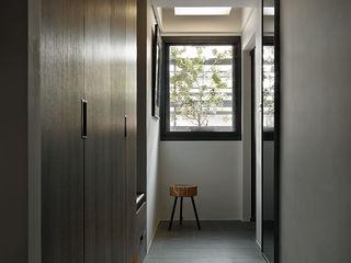 大集國際室內裝修設計工程有限公司 Minimalistyczny korytarz, przedpokój i schody