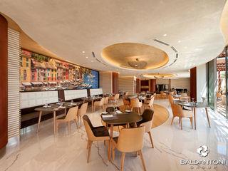 Ristorante Portofino, Paliouri, Grecia Baldantoni Group Sala da pranzo moderna Legno Marrone