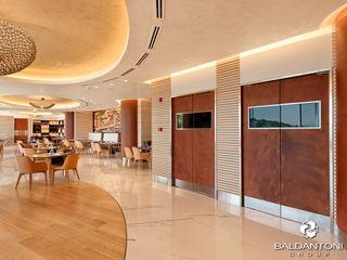 Ristorante Portofino, Paliouri, Grecia Baldantoni Group Pareti & Pavimenti in stile moderno Legno Ambra/Oro