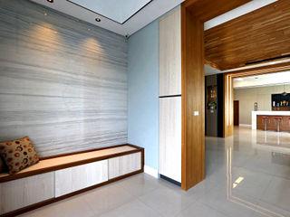 信美室內裝修 Pasillos, hall y escaleras de estilo asiático Acabado en madera