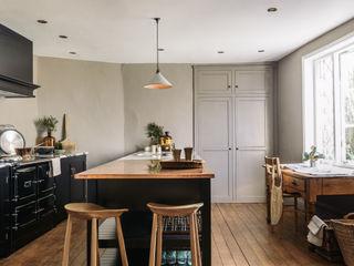 The Mill House Showroom by deVOL deVOL Kitchens КухняШафи і полиці Дерево Чорний