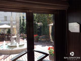 Restaurant Cafè Aviomotornaya, Mosca, Russia Baldantoni Group Ingresso, Corridoio & Scale in stile moderno Legno Nero