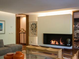 vista desde living hacia comedor Thomas Löwenstein arquitecto Salas de estilo ecléctico Madera Multicolor