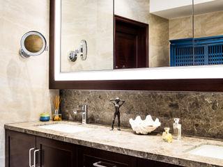 Nicole Cromwell Interior Design Phòng tắm phong cách hiện đại Gỗ Brown