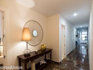 Home & Haus   Home Staging & Fotografía الممر الحديث، المدخل و الدرج White