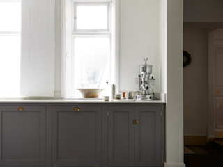 The Cheshire Townhouse Kitchen by deVOL deVOL Kitchens КухняШафи і полиці Дерево Сірий