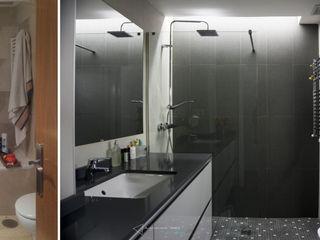 emmme studio Salle de bain moderne Gris