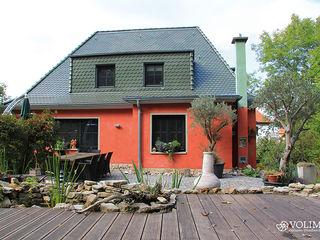 Kreativer Fassadenputz mit Schutz gegen Algen, Moose, Schimmel, Schmutz Volimea GmbH & Cie KG Mediterrane Häuser Rot