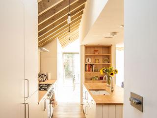 OLDFIELD ROAD Bradley Van Der Straeten Architects Dapur Modern Kayu White