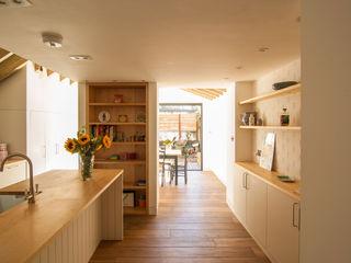 OLDFIELD ROAD Bradley Van Der Straeten Architects Dapur Modern Kayu Brown