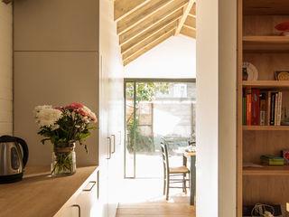 OLDFIELD ROAD Bradley Van Der Straeten Architects Dapur Modern White