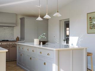 The Chester Kitchen by deVOL deVOL Kitchens КухняШафи і полиці Дерево Сірий