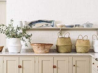 The Surrey Kitchen by deVOL deVOL Kitchens КухняШафи і полиці Дерево Бежевий