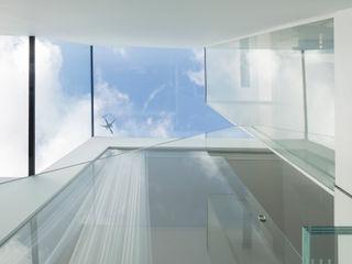 gc House Inaki Leite Design Ltd. Pasillos, vestíbulos y escaleras de estilo minimalista Vidrio Blanco