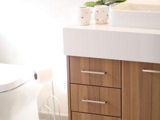 Adriana Leal Interiores Baños minimalistas Madera Acabado en madera