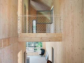 Einfamilienhaus Schöne Aussicht Planungsgruppe Korb GmbH Architekten & Ingenieure Moderner Flur, Diele & Treppenhaus Holz Mehrfarbig