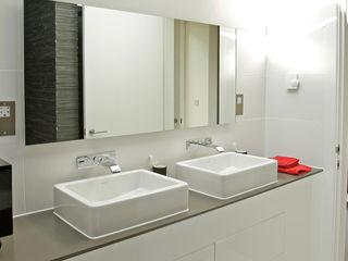 Naturally Woodlands Smarta 現代浴室設計點子、靈感&圖片