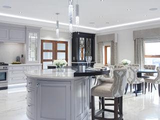 Luxury Painted Kitchen with Ebony Designer Kitchen by Morgan Cocinas clásicas Gris
