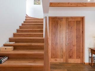 Grupo E Arquitectura y construcción Colonial style corridor, hallway& stairs