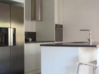 LA TRASFORMAZIONE DI UN APPARTAMENTO ANNI '60 T+T ARCHITETTURA Cucina moderna