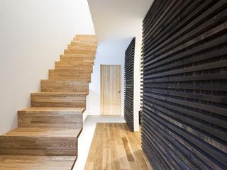 風みちの家 一級建築士事務所 Atelier Casa モダンスタイルの 玄関&廊下&階段