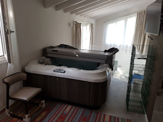 Jacuzzi in mansarda e nell'interrato . Aquazzura Piscine Camera da letto moderna