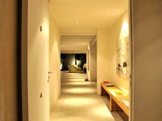 Taller A3 SC Modern Corridor, Hallway and Staircase Concrete White