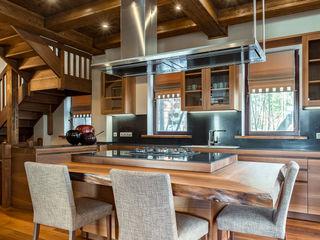 Дом с элементами шале ARK BURO Кухня в стиле модерн Дерево Коричневый