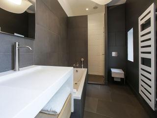 Aménagement d'une salle de bain contemporaine Myriam Wozniak Architecture et décoration Salle de bain minimaliste Pierre Gris