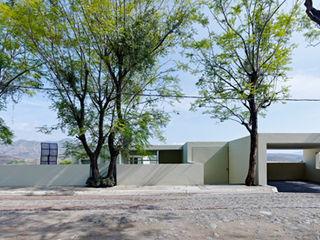 RESIDENCIA OROZCO Excelencia en Diseño Casas modernas Hierro/Acero Beige