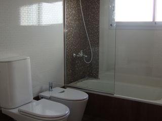 ARQUITECTA MORIELLO Casas de banho modernas