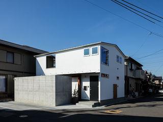 coil松村一輝建設計事務所 Casas de estilo minimalista Blanco