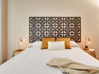Master bedroom Markham Stagers Phòng ngủ phong cách hiện đại Amber/Gold