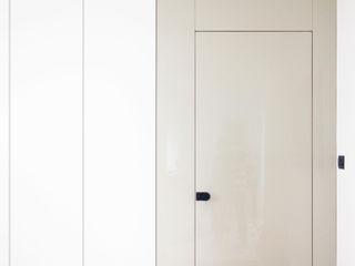 Andrea Orioli Pasillos, halls y escaleras minimalistas Derivados de madera Beige