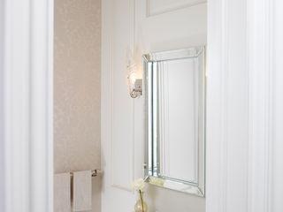 Douglas Design Studio Klasyczna łazienka Biały