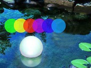 Nächtliche Licht-Gestaltung mit Solar-Leuchtkugeln im Gartenbeet und Teich Solarlichtladen.de GartenBeleuchtung