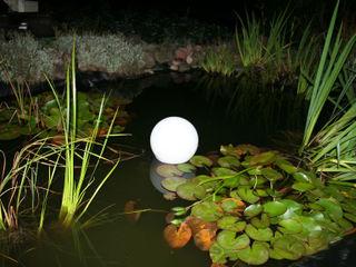 Nächtliche Licht-Gestaltung mit Solar-Leuchtkugeln im Gartenbeet und Teich Solarlichtladen.de GartenBeleuchtung Kunststoff Weiß