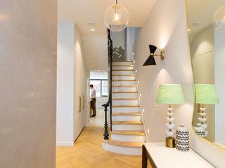 Brook Green London townhouse My-Studio Ltd Skandinavischer Flur, Diele & Treppenhaus Holz Weiß
