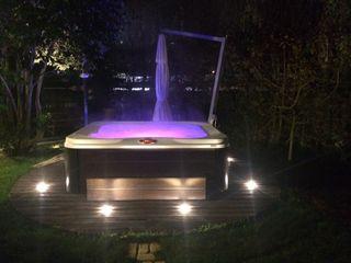 La cromoterapia in giardino con Jacuzzi Profile Aquazzura Piscine Giardino moderno