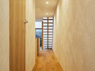 一級建築士事務所 こより Modern corridor, hallway & stairs White