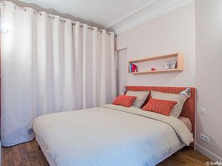 Rénovation et aménagement d'un appartement meublé de 33 m² à usage locatif Agence VOLUMES & SURFACES Chambre moderne Blanc