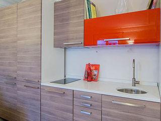 Rénovation et aménagement d'un appartement meublé de 33 m² à usage locatif Agence VOLUMES & SURFACES Cuisine moderne Bois Gris