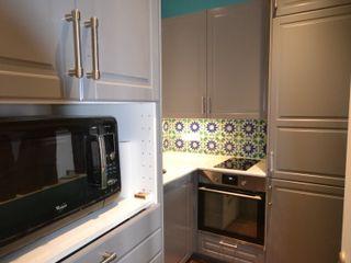 Rénovation et aménagement d'un appartement de 60 m² Agence VOLUMES & SURFACES Cuisine classique Gris