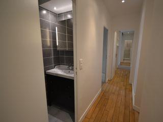 Rénovation et aménagement de salles d'eau Agence VOLUMES & SURFACES Salle de bain moderne Gris