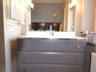Rénovation et aménagement d'un appartement de 65 m² Agence VOLUMES & SURFACES Salle de bain moderne Gris
